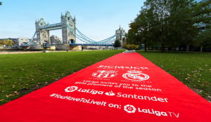 LaLiga calienta motores para ElClásico desplegando una enorme alfombra roja en siete icónicos lugares
