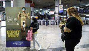 Borat presenta su visión de la pandemia con una acción especial en estaciones de la mano de Amazon Prime Video y Exterior Plus