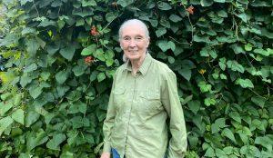En esta campaña de H&M Jane Goodall corta amarras con su blusa favorita por una buena causa