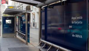 BBVA expone la tarjeta de su director de marketing en Gran Vía para demostrar su seguridad