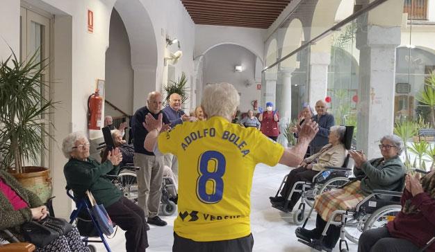 Adolfo Bolea en la residencia de residencia de mayores Fragela, en Cádiz, aplaudido por los residentes
