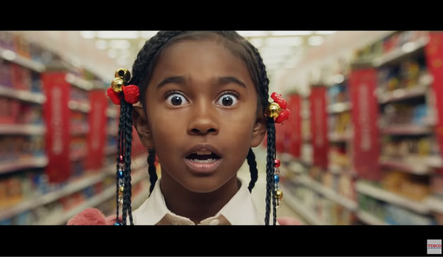 imagen de una niña sorprendida en el anuncio de Navidad de Tesco
