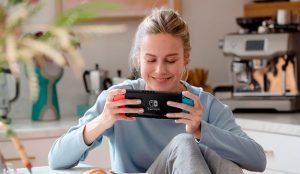 La oscarizada Brie Larson se enfunda su mejor pijama para jugar a la Nintendo Switch en esta campaña