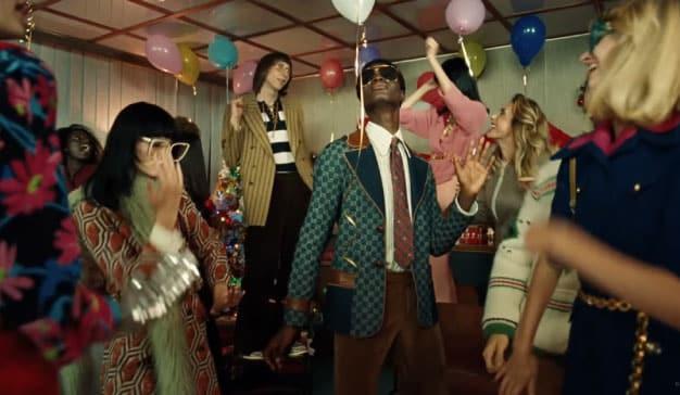 anuncio de Navidad de Gucci con los protagonistas bailando en la fiesta de Navidad de la oficina en 1994