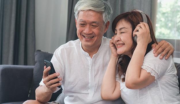 jóvenes y adultos personas mayores redes sociales