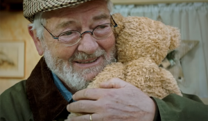 Un abuelo, una niña y un osito de peluche se compinchan para hacerle llorar como una magdalena en este spot