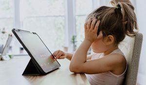 Los padres se rinden: los hijos pasan el mismo tiempo frente a la pantalla que durante el confinamiento