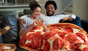 Pizza Hut lanza una apetitosa manta que promete engullir todo su estrés
