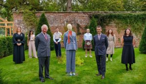 El príncipe Carlos debuta en el mundo de la moda con una colección tan regia como sostenible