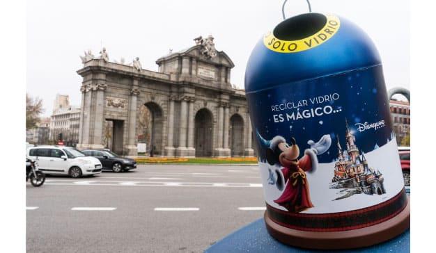 Disneyland Paris y Ecovidrio animan a reciclar con contenedores en forma de bolas de Navidad y de la mano de los personajes más queridos