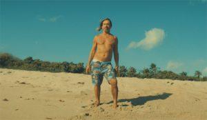 Iggy Pop apela a la esperanza en este spot: cuando todo acabe, remojaremos nuestras penas en la playa