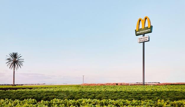 McDonald's coloca sus tótems en los campos de los agricultores y ganaderos de su cadena de suministro