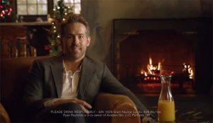 Ryan Reynolds cambia la ginebra por el zumo en un delirante spot que juega a dos (y tres) bandas