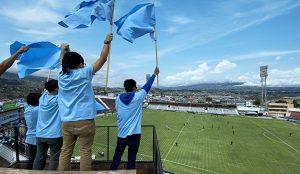 La marca de cerveza Pilsener ha creado palcos externos a los estadios para que los hinchas puedan revivir la experiencia del fútbol en vivo