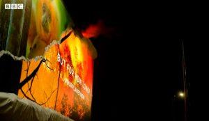 Esta valla echa a arder en un truco publicitario de la BBC para concienciar sobre la deforestación