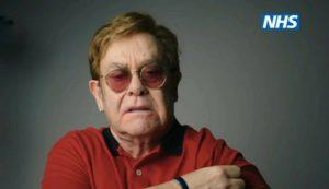 Elton John y Michael Caine animan a los británicos a vacunarse en esta campaña