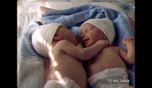 NIVEA utiliza la historia real de dos gemelas prematuras para lanzar su propósito de marca: La importancia del contacto humano