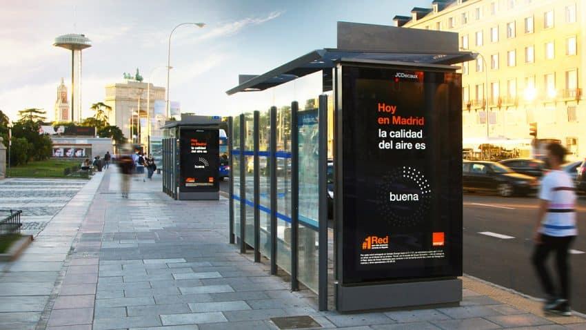 Orange apuesta por JCDecaux para la primera campaña con feed de polución de aire en tiempo real en Madrid y Bilbao