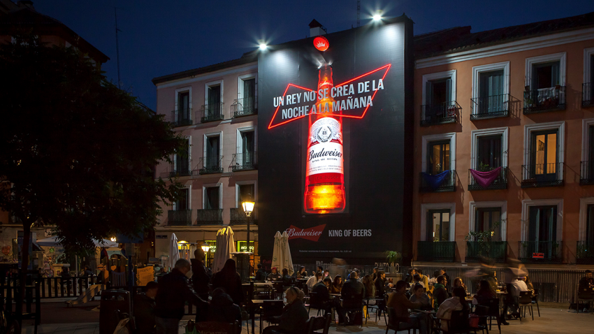 Budweiser apuesta por la publicidad exterior y crea una lona con vapor de agua