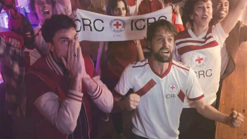 Cruz Roja imagina un mundo donde los cirujanos en zonas de guerra son ovacionados como estrellas del fútbol