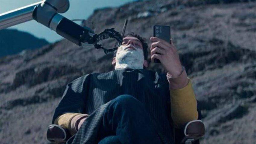 Un robot barbero rasura la barba al protagonista de