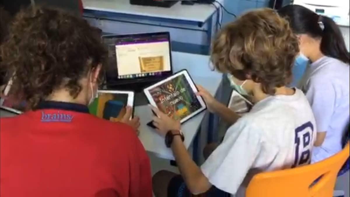Niños con la tablet probando Minecraft Education Edition