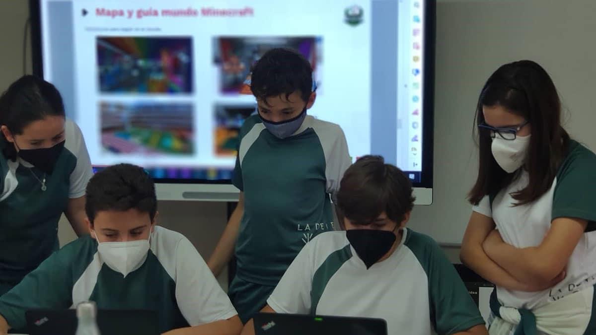 Alumnos en el colegio probando Minecraft Educación