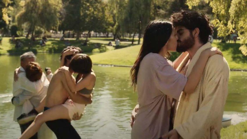 El utópico mundo de besos, abrazos y normalidad del spot de Orbit