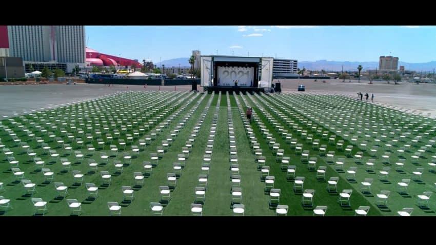 3.044 sillas vacías y una graduación falsa: el impactante proyecto contra la violencia armada de Leo Burnett