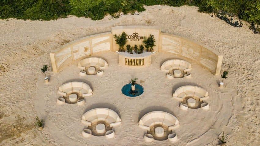 Corona levanta un bar de arena en la playa que se precia de ser 100% natural
