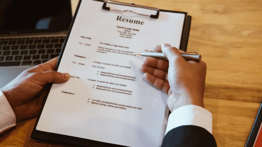 ¿Cómo hacer un buen currículum vitae para destacar en una oferta laboral?