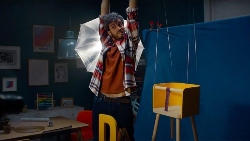 Este estrambótico spot de Renault narra la fascinante historia de un diseñador de sillas