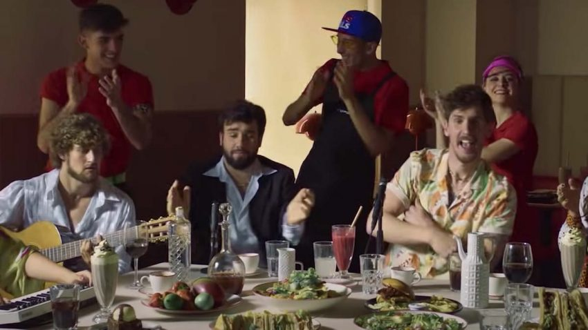VIPS se marca una divertida sobremesa a lo C. Tangana para lanzar sus nuevas ensaladas