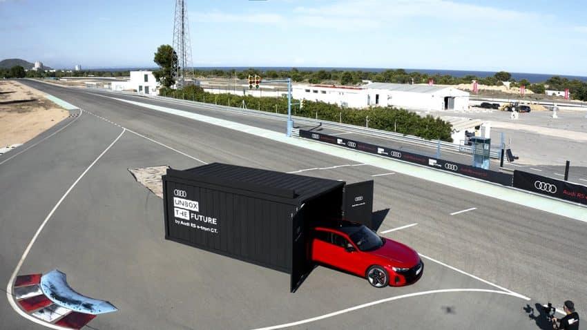 El piloto Jaime Alguersuari hace un unboxing para presentarnos el nuevo modelo de Audi