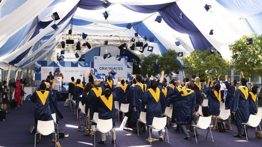 47 ceremonias de entrega de títulos en dos semanas y más de 2300 alumnos de 55 programas distintos: el nuevo reto para las graduaciones presenciales 2021 de la IE University