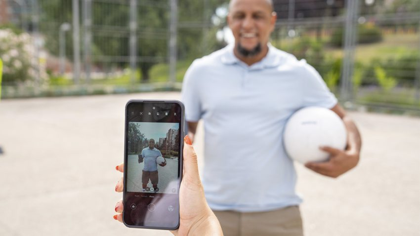 Roberto Carlos recrea su clásico tiro libre en la prueba más dura contra el nuevo Nokia XR20