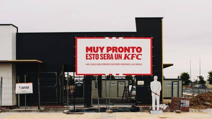 El Coronel Sanders observa las obras del primer (y esperadísimo) restaurante de KFC en Extremadura