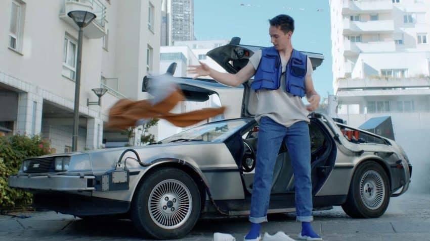 Este anuncio nos hace viajar con el DeLorean al mundo de