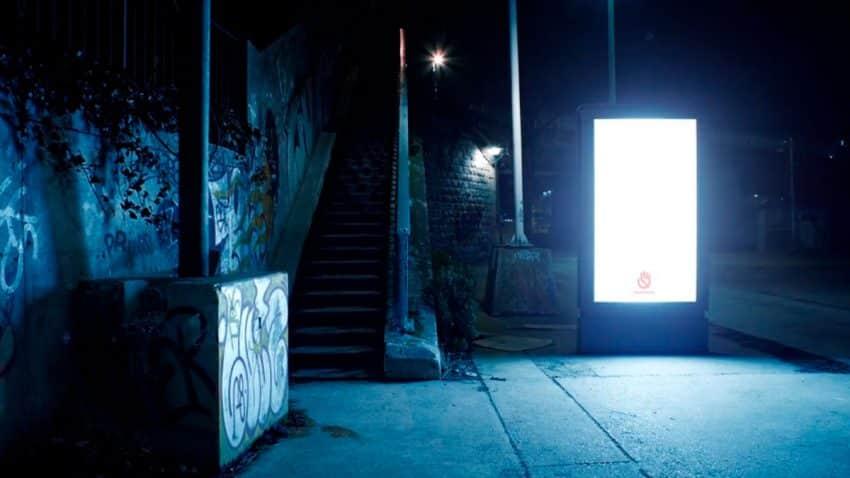 Esta organización que lucha contra el acoso sexual utiliza la publicidad exterior para iluminar las calles