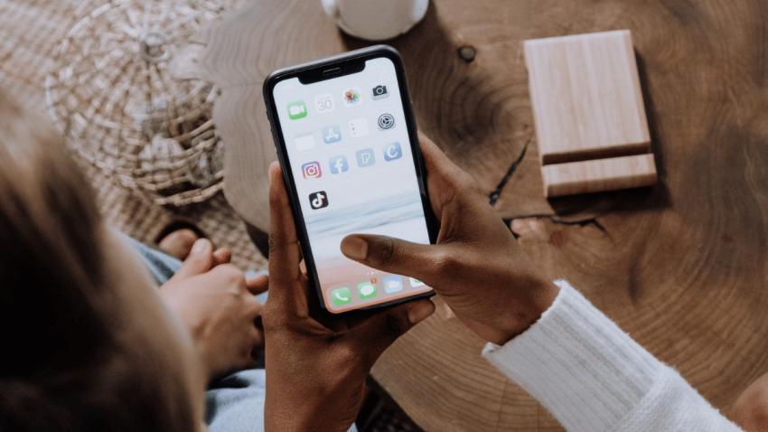¿Cuándo deben los anunciantes mostrar el aviso de seguimiento a usuarios en las aplicaciones de Apple?