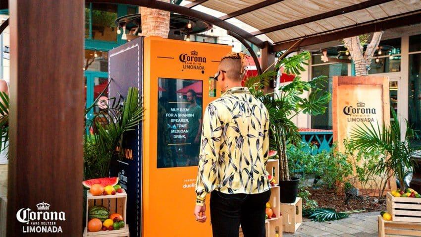 Esta máquina expendedora de Corona solo dispensa si se pronuncia correctamente en español