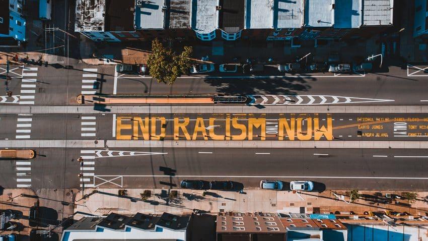 ¿Basta un cambio de nombre para liberar a las marcas (y a la sociedad) del tóxico abrazo del racismo?