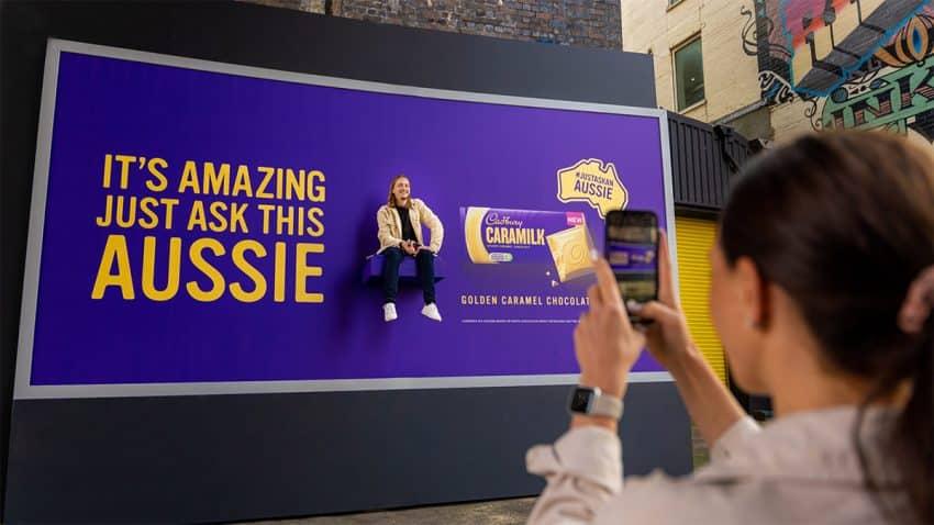 Australianos de carne y hueso encaramados a vallas publicitarias protagonizan esta campaña de Cadbury