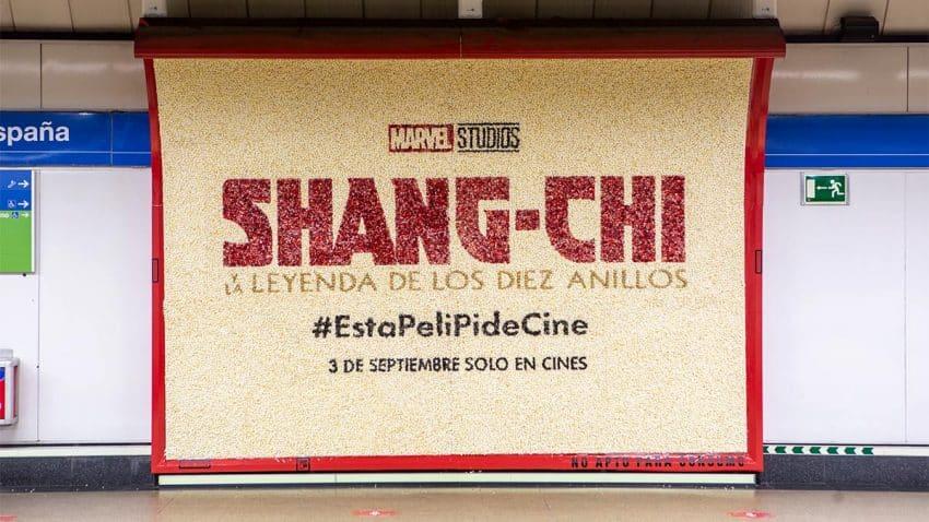 Disney coloca una valla hecha con palomitas (que desprenden olor) en el metro de Madrid
