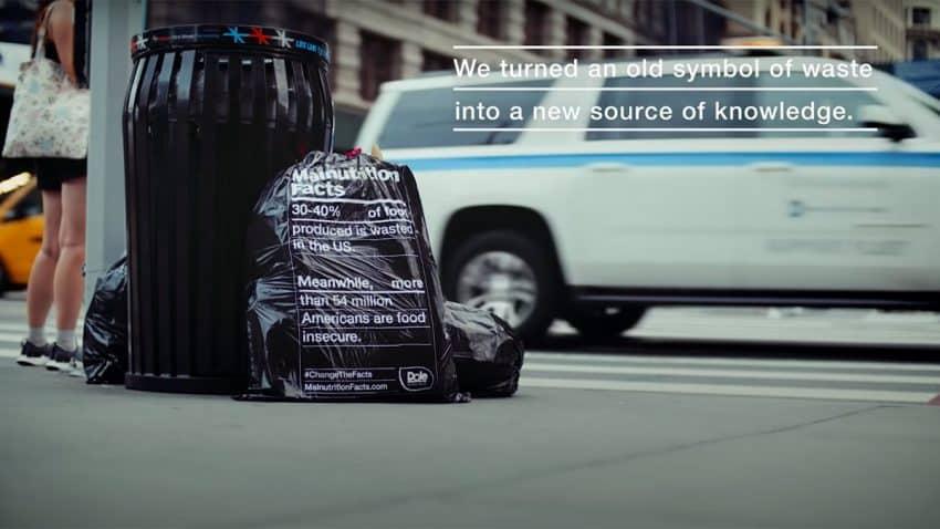 La basura, el fétido soporte publicitario de esta campaña contra el desperdicio de alimentos