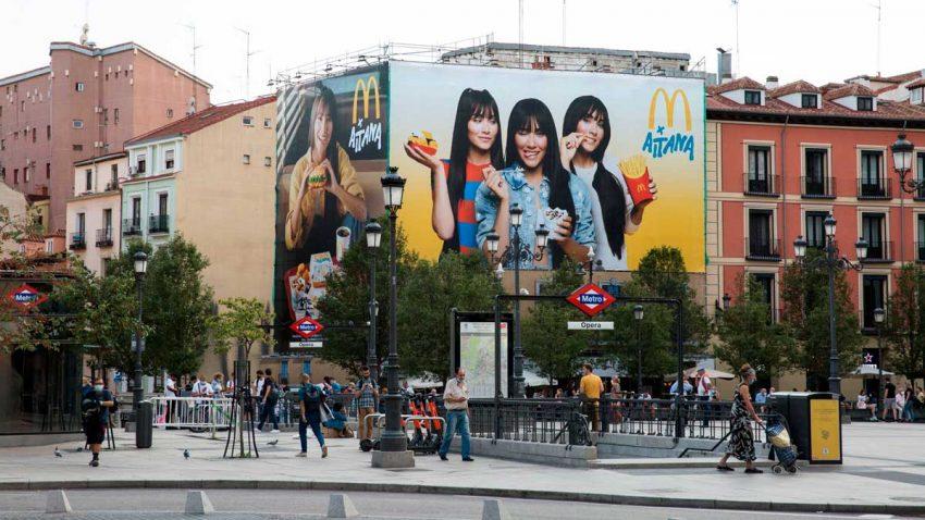 McDonald's coloca una gran lona en Madrid como parte de su campaña 360º con Aitana