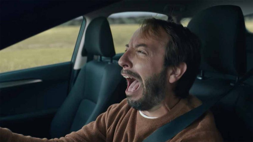 El conductor de este anuncio enloquece al ver el error que todos podríamos cometer
