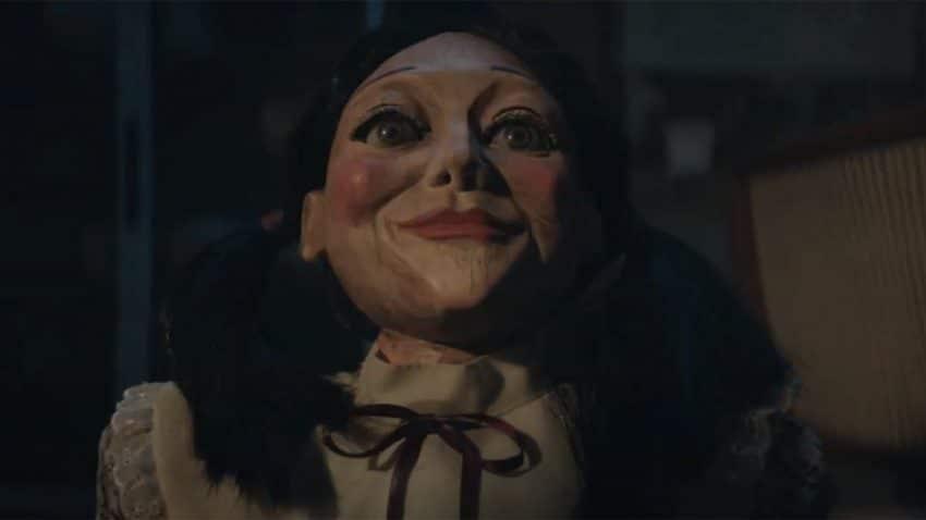 En este spot el protagonista es hostigado por inquietantes muñecas y asesinos con motosierra (y ni se inmuta)