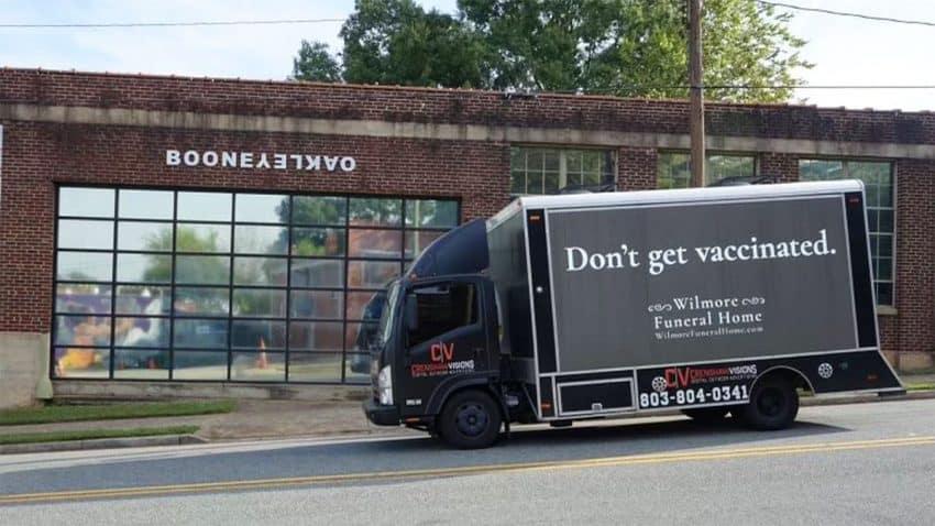 Un coche fúnebre circula con el mensaje
