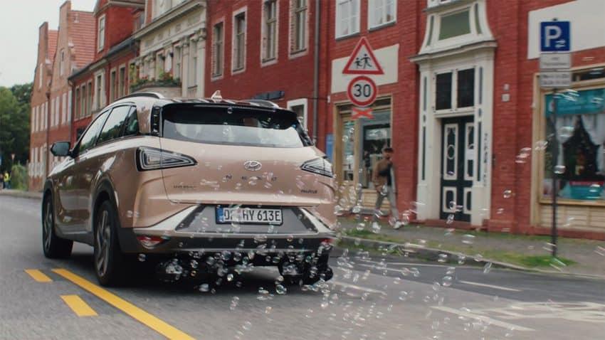 De los tubos de escape de estos coches de Hyundai brotan burbujas que esparcen semillas de flores por el aire
